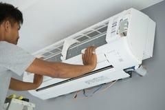 Arbetare som installerar att betinga för luft Arkivbild