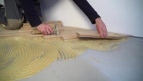 Arbetare som installerar den wood parketten arkivfilmer