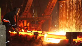 Arbetare som klipper brännheta stålkvarter lager videofilmer