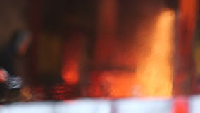Arbetare som klipper brännheta stålkvarter som är defocused lager videofilmer