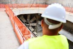 Arbetare som kontrollerar byggnationer på en ställning Arkivbilder