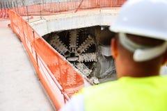Arbetare som kontrollerar byggnationer på en ställning Arkivbild