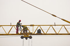 Arbetare som kontrollerar och servar en stor konstruktionskran i Belgrade Arkivbild