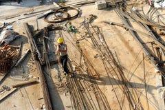 Arbetare som korsar en byggnadsplats Fotografering för Bildbyråer