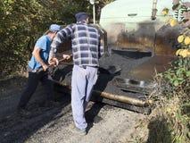 Arbetare som lägger asfalten Royaltyfri Bild