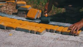 Arbetare som lägger den förberedande tjock skiva för sten stock video
