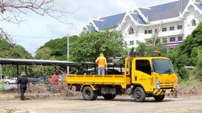 Arbetare som laddar filialer in i lastbilar lager videofilmer