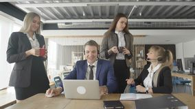 Arbetare som m?ter p? lunchtime Folk som arbetar p? datoren i modernt kontor stock video