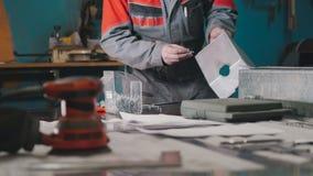 Arbetare som monterar metalldelen i handboken Royaltyfri Fotografi