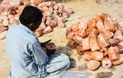 Arbetare som packar den naturliga salta lampan Arkivbild