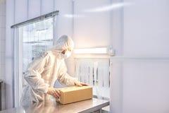 Arbetare som packar medicinska produkter royaltyfri fotografi