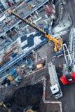 Arbetare som passar den höga tunga kranen som använder den mobila lastbilen, lyfter i Lond fotografering för bildbyråer