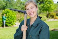 Arbetare som rensar dill i trädgård royaltyfria bilder
