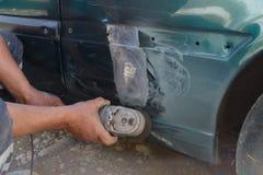 Arbetare som reparerar bilkroppen Royaltyfria Bilder