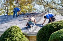 Arbetare som reparerar taket av ett hem Royaltyfri Foto