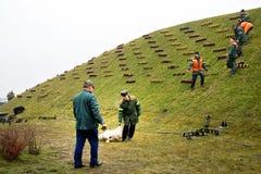 Arbetare som sätts stearinljus Arkivbild