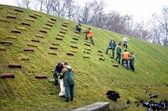 Arbetare som sätts stearinljus Arkivbilder