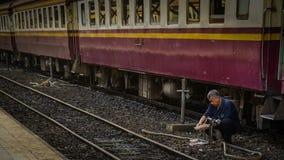 Arbetare som sitter wash maträtten Royaltyfri Fotografi