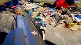 Arbetare som sorterar avskräde, avfalls som ska bearbetas i en återvinningsanläggning Begrepp för miljöskydd stock video