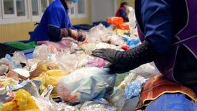Arbetare som sorterar avskräde, avfalls som ska bearbetas i en återvinningsanläggning Begrepp för miljöskydd arkivfilmer