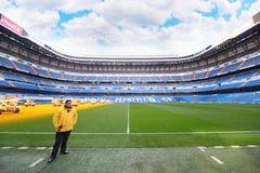 Arbetare som tjänar som Santiago Bernabeu stadion Arkivfoton