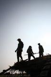 Arbetare som transporterar rottingen i lastbil Arkivbild
