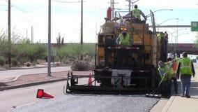 Arbetare som underhåller gatan stock video