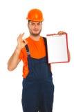 Arbetare som visar den blanka clipboarden Royaltyfria Bilder