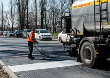 Arbetare stängande skarvar, innan att lägga asfalt arkivfoton