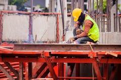 Arbetare svetsar stål Arbeta för byggnadsarbetare Arkivbilder