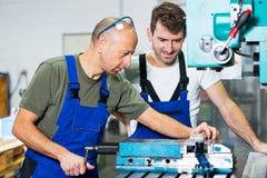 Arbetare två i fabrik Arkivbilder