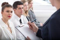 Arbetare under företags coachning arkivbild