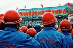 arbetare väntar ställde upp för ett officiell stats- meddelande och presentation runt om templet royaltyfri bild