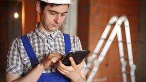 Arbetarebyggmästaren använder minnestavlan stock video
