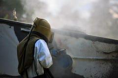Arbetaren är tar bort målarfärg, genom att spränga för sand för lufttryck royaltyfria bilder