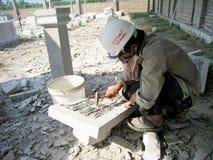 Arbetaren av den Kinh Chu stenen som snider byn, snider stenen Arkivfoton