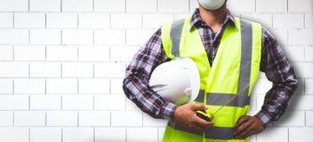 Arbetaren bygger en tegelstenvägg royaltyfri fotografi