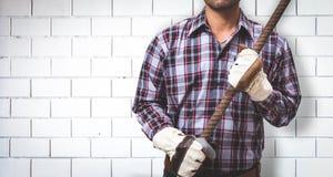 Arbetaren bygger en tegelstenvägg fotografering för bildbyråer