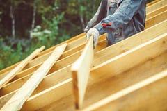 Arbetaren bygger taket royaltyfria bilder