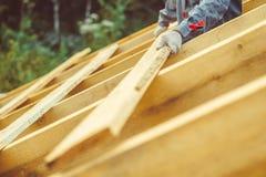 Arbetaren bygger taket royaltyfri foto