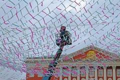 Arbetaren dekorerar Tverskaya som fyrkanten med färgrika band för rysk nationell festival` Shrove ` i Moskva Royaltyfri Fotografi