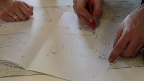 Arbetaren diskuterar med kundarbetsplanet lager videofilmer