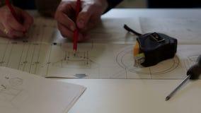 Arbetaren diskuterar med kundarbetsplanet arkivfilmer