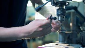Arbetaren förbereder upp en drillborr, slut lager videofilmer