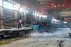 Arbetaren gör ren den järnväg plattformen Arkivbild