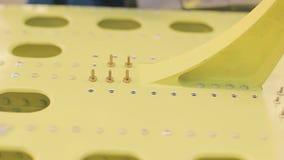 Arbetaren i blåa overaller installerar nitar in i hål som pre-doppar dem i flytande stock video