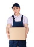 Arbetaren i overaller håller en jordlottask Arkivfoton