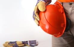 Arbetaren i skyddande handskar rymmer en orange hård hatt i hans hand illustration 3d på vit bakgrund Royaltyfria Bilder