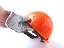 Arbetaren i skyddande handskar rymmer en orange hård hatt i hans hand illustration 3d på vit bakgrund Royaltyfri Bild
