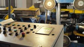 Arbetaren kontrollerar maskinen lager videofilmer